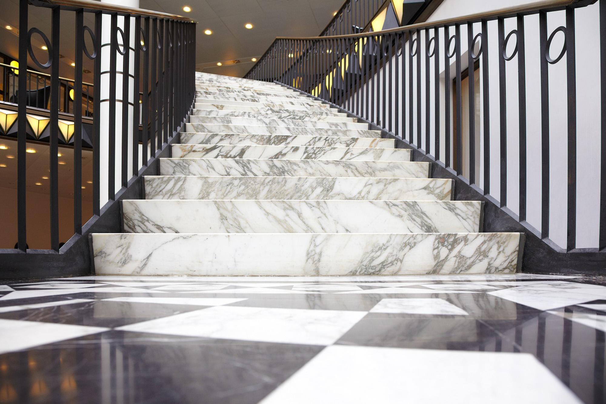 Escalier en marbre blanc